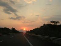 inseguendo un tramonto sull'autostrada A-29 Palermo - Mazara del Vallo, tra gli svincoli di Terrasini (PA) ed Alcamo (TP) - 25 aprile 2007  - Castellammare del golfo (888 clic)