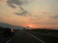 inseguendo un tramonto sull'autostrada A-29 Palermo - Mazara del Vallo, tra gli svincoli di Terrasini (PA) ed Alcamo (TP) - 25 aprile 2007  - Castellammare del golfo (947 clic)