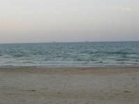 Spiaggia Plaja - navi ormeggiate all'orizzonte - 30 settembre 2007  - Castellammare del golfo (687 clic)