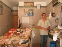 piazza Mercato - il sig. Randazzo nella sua pescheria - 17 luglio 2007  - Alcamo (2148 clic)