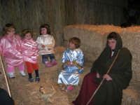 Presepe Vivente presso l'Istituto Comprensivo A. Manzoni, animato da alunni della scuola e da anziani del paese - la grotta della natività - 20 dicembre 2007   - Buseto palizzolo (938 clic)