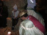 Presepe Vivente presso l'Istituto Comprensivo A. Manzoni, animato da alunni della scuola e da anziani del paese - i Re Magi alla grotta della natività - 20 dicembre 2007   - Buseto palizzolo (892 clic)
