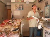 piazza Mercato - il sig. Randazzo nella sua pescheria - 17 luglio 2007  - Alcamo (2375 clic)