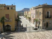 acciottolato dinanzi il Santuario di Maria SS. di Custonaci, la via con vista sul monte Erice - 6 settembre 2007  - Custonaci (993 clic)