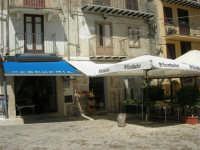 piazza Mercato - la pescheria del sig. Randazzo e la bottega del fruttivendolo sig. Faraci - 17 luglio 2007  - Alcamo (2687 clic)