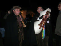 Presepe Vivente presso l'Istituto Comprensivo A. Manzoni, animato da alunni della scuola e da anziani del paese - zampognaro e flautista - 20 dicembre 2007   - Buseto palizzolo (953 clic)