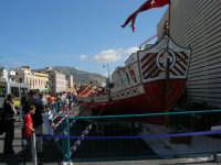 In occasione dell'America's Cup, Pisa pubblicizza la sua 51ª Regata Storica del 4 giugno 2006. Sullo sfondo il monte Erice - 2 ottobre 2005   - Trapani (2037 clic)