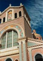 La facciata del Santuario, dove si venera un'antica immagine della Madonna, una statua bizantina, ritenuta miracolosa - giugno 1993  - Tindari (2466 clic)