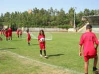 Stadio Comunale - Campus Milan: Giorgia ed altri ragazzi si allenano - 6 luglio 2006  - Alcamo (1626 clic)