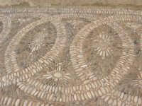 particolare dell'acciottolato dinanzi il Santuario di Maria SS. di Custonaci - 6 settembre 2007  - Custonaci (955 clic)