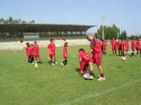 Stadio Comunale - Campus Milan: Giorgia ed altri ragazzi si allenano - 6 luglio 2006  - Alcamo (1686 clic)