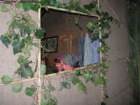 Presepe Vivente presso l'Istituto Comprensivo A. Manzoni, animato da alunni della scuola e da anziani del paese - la sartoria dalla finestra - 20 dicembre 2007   - Buseto palizzolo (906 clic)