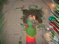 Presepe Vivente presso l'Istituto Comprensivo A. Manzoni, animato da alunni della scuola e da anziani del paese - finestra - 20 dicembre 2007   - Buseto palizzolo (760 clic)
