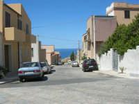 una via con vista sul mare - 6 settembre 2007  - Custonaci (1041 clic)