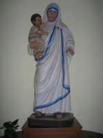 Chiesa di Santa Maria del Gesù: interno - statua di Madre Teresa - 22 luglio 2006  - Alcamo (1373 clic)