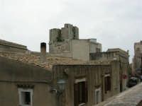 da piazza San Giuliano il campanile della Chiesa San Francesco - 25 aprile 2006  - Erice (1237 clic)