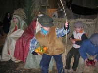 Presepe Vivente presso l'Istituto Comprensivo A. Manzoni, animato da alunni della scuola e da anziani del paese - dinanzi la grotta della natività - 20 dicembre 2007   - Buseto palizzolo (756 clic)