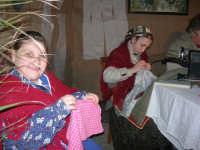 Presepe Vivente presso l'Istituto Comprensivo A. Manzoni, animato da alunni della scuola e da anziani del paese - la sartoria - 20 dicembre 2007   - Buseto palizzolo (943 clic)