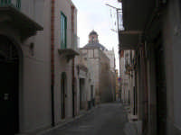 dalla via Alfieri, la cupola della Chiesa SS. Cosma e Damiano - 14 settembre 2007  - Alcamo (1348 clic)
