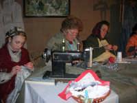Presepe Vivente presso l'Istituto Comprensivo A. Manzoni, animato da alunni della scuola e da anziani del paese - la sartoria - 20 dicembre 2007   - Buseto palizzolo (1090 clic)