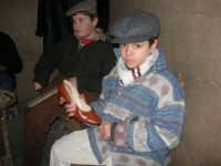 Presepe Vivente presso l'Istituto Comprensivo A. Manzoni, animato da alunni della scuola e da anziani del paese - nella bottega del ciabattino - 20 dicembre 2007   - Buseto palizzolo (1112 clic)