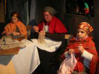 Presepe Vivente presso l'Istituto Comprensivo A. Manzoni, animato da alunni della scuola e da anziani del paese - la sartoria - 20 dicembre 2007   - Buseto palizzolo (1034 clic)