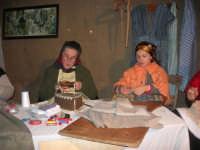 Presepe Vivente presso l'Istituto Comprensivo A. Manzoni, animato da alunni della scuola e da anziani del paese - la sartoria - 20 dicembre 2007   - Buseto palizzolo (1017 clic)