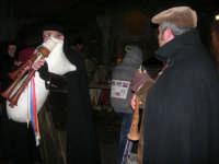 Presepe Vivente presso l'Istituto Comprensivo A. Manzoni, animato da alunni della scuola e da anziani del paese - zampognaro e flautista - 20 dicembre 2007   - Buseto palizzolo (753 clic)