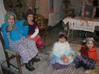 Presepe Vivente presso l'Istituto Comprensivo A. Manzoni, animato da alunni della scuola e da anziani del paese - la stiratrice - 20 dicembre 2007   - Buseto palizzolo (1106 clic)