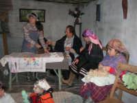Presepe Vivente presso l'Istituto Comprensivo A. Manzoni, animato da alunni della scuola e da anziani del paese - la stiratrice - 20 dicembre 2007   - Buseto palizzolo (927 clic)