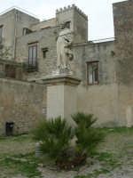 piazza S. Giuliano: statua del Beato Alberto - 25 aprile 2006  - Erice (1586 clic)