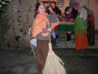Presepe Vivente presso l'Istituto Comprensivo A. Manzoni, animato da alunni della scuola e da anziani del paese - si spazza fuori con la scopa di giummara e le donne, all'interno, preparano la pasta - 20 dicembre 2007  - Buseto palizzolo (1052 clic)