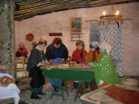 Presepe Vivente presso l'Istituto Comprensivo A. Manzoni, animato da alunni della scuola e da anziani del paese - le donne che impastano il pane, preparano la pasta, preparano lo stratto e lo dispongono su u tavuleri - 20 dicembre 2007     - Buseto palizzolo (1193 clic)