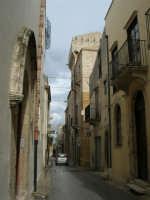 Via Mariano De Ballis - sulla destra Torre De Ballis - 25 febbraio 2006  - Alcamo (1848 clic)