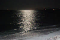 riflessi di luna sul mare - 28 settembre 2007    - San vito lo capo (5135 clic)
