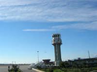 Un aereo decolla dall'Aeroporto Internazionale Falcone Borsellino (Punta Raisi) di Palermo - 7 gennaio 2005  - Cinisi (6373 clic)