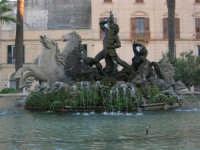 In visita nella città, in occasione della Trapani Louis Vuitton Acts 8 & 9 - La Fontana del Tritone - 1 ottobre 2005   - Trapani (1698 clic)