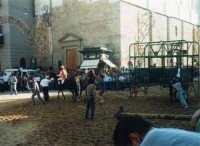 Festeggiamenti in onore di Maria Santissima dei Miracoli - La corsa dei cavalli - La partenza nel Corso 6 Aprile, dinanzi a Piazza Ciullo e la Chiesa di Sant'Oliva - 19 giugno 1995  - Alcamo (1735 clic)