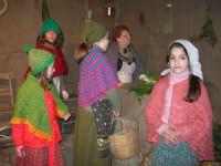 Presepe Vivente presso l'Istituto Comprensivo A. Manzoni, animato da alunni della scuola e da anziani del paese - la bottega del verduraio - 20 dicembre 2007   - Buseto palizzolo (773 clic)