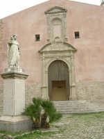 piazza S. Giuliano: statua del Beato Alberto dinanzi alla Chiesa di S. Giuliano - 25 aprile 2006  - Erice (1190 clic)