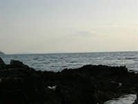 Dagli scogli di Macari si intravedono le Isole Egadi - 5 luglio 2005  - San vito lo capo (1400 clic)
