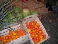 Presepe Vivente presso l'Istituto Comprensivo A. Manzoni, animato da alunni della scuola e da anziani del paese - la bottega del verduraio - 20 dicembre 2007   - Buseto palizzolo (809 clic)