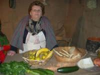 Presepe Vivente presso l'Istituto Comprensivo A. Manzoni, animato da alunni della scuola e da anziani del paese - la bottega del verduraio - 20 dicembre 2007   - Buseto palizzolo (1085 clic)