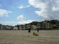 c/da Canalotto: case sulla spiaggia e n'capu lu timpuni - 4 agosto 2006  - Alcamo marina (2771 clic)