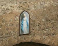 la Madonnina incastonata sull'arco nei pressi del Centro di Cultura Scientifica Ettore Majorana - 25 aprile 2006  - Erice (1082 clic)