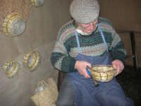 Presepe Vivente presso l'Istituto Comprensivo A. Manzoni, animato da alunni della scuola e da anziani del paese - un vecchietto costruisce i carteddi con canne e verghe di ulivo - 20 dicembre 2007  - Buseto palizzolo (844 clic)