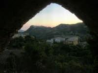 panorama da una delle finestre del Castello di Matteo Sclafani, all'orizzonte la città di Giuliana - 17 giugno 2007  - Chiusa sclafani (1215 clic)