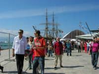 America's Cup - Visitatori sulla banchina del porto e nave scuola Amerigo Vespucci - 2 ottobre 2005  - Trapani (3011 clic)