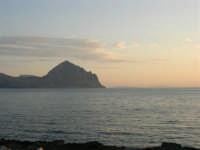 Dagli scogli di Macari il Monte Cofano, Erice e le Isole Egadi  - 5 luglio 2005  - San vito lo capo (1369 clic)