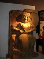 In visita nella città, in occasione della Trapani Louis Vuitton Acts 8 & 9 - Reperto archeologico - 1 ottobre 2005  - Trapani (3921 clic)